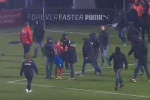 Video: Hooligans atacan a jugador en el fútbol sueco