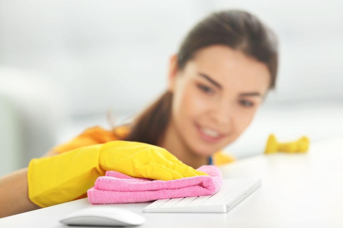 La limpieza profunda incluye remover la mugre y el polvo acumulado en los teclados de computadoras y otros aparatos electrónicos.