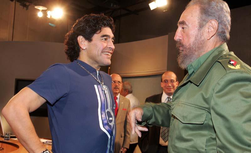 """Maradona está devastado por la muerte de Fidel Castro, su """"segundo padre"""""""