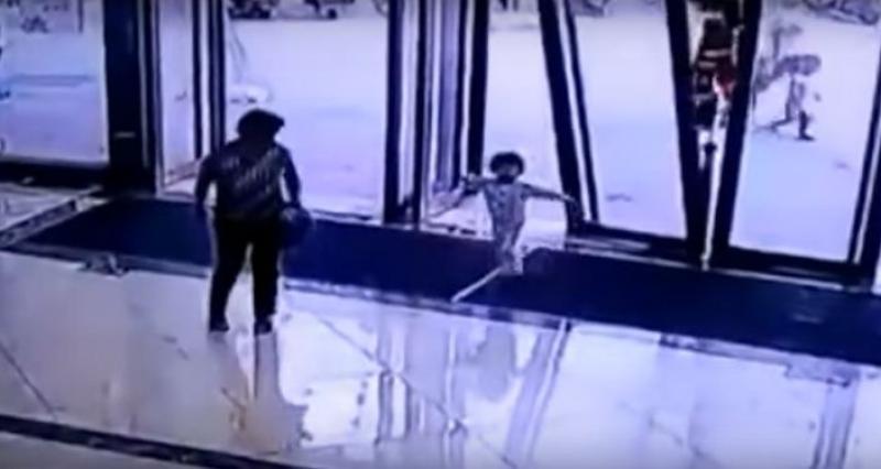 Video: Cae puerta de cristal sobre niña de 3 años