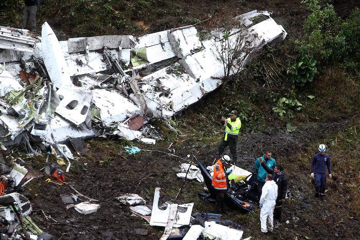 Equipos de rescate recuperan cuerpos del avión siniestrado.