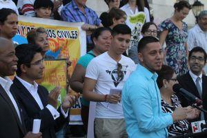 """Jóvenes reaccionan desafiantes a un discurso """"que deshumaniza"""" a los inmigrantes"""