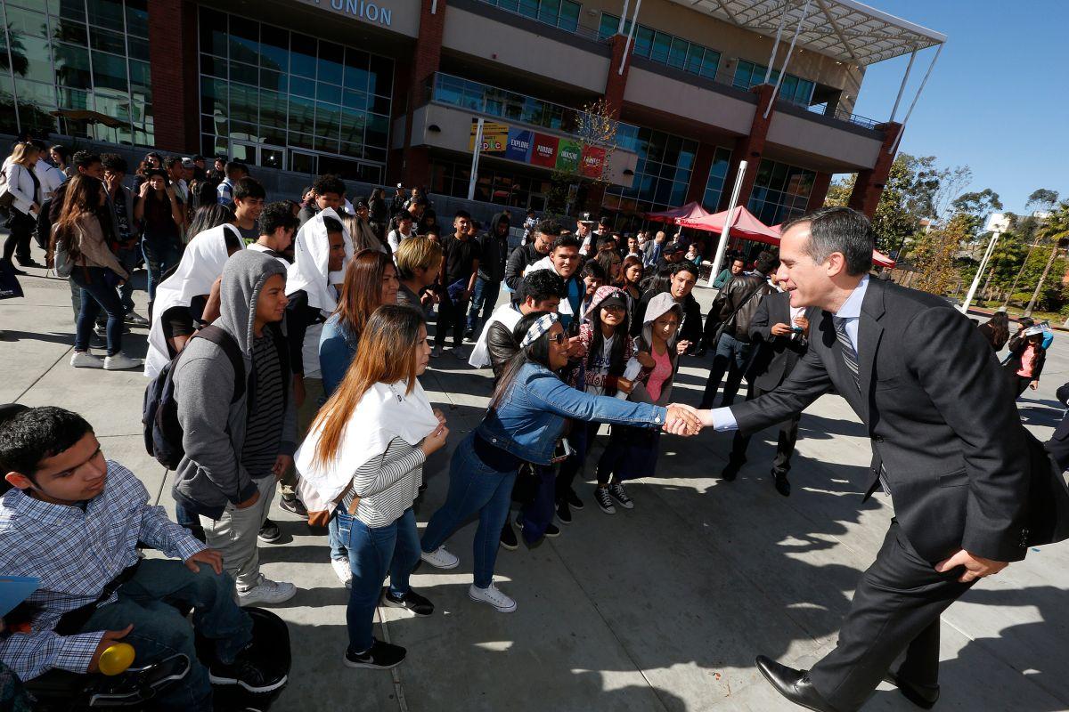 El alcalde Eric Garcetti animó a los jóvenes continuar su educación y les recordó que en Los Ángeles los inmigrantes siempre serán bienvenidos.