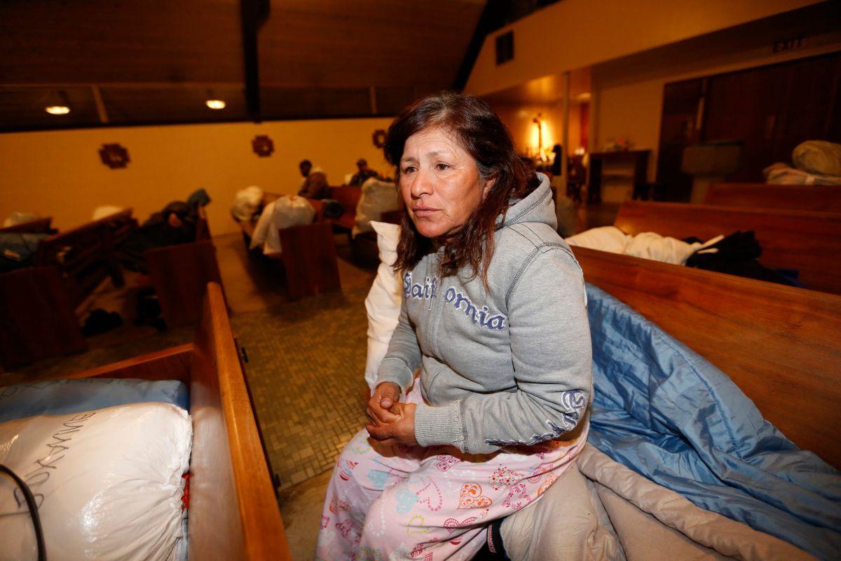 Mireya Cotrina, de 54 años, se acomoda lo mejor que puede en el refugio de invierno de la Iglesia Episcopal de Todos los Santos en Highland Park.