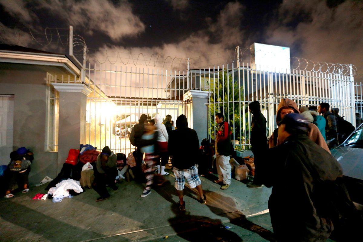 Mujeres haitianas duermen en la calle después de no conseguir sitio en el Centro Madre Assunta de Tijuana. Los albergues de la ciudad tienen dificultades para atender a todos los migrantes que esperan cruzar a Estados Unidos.