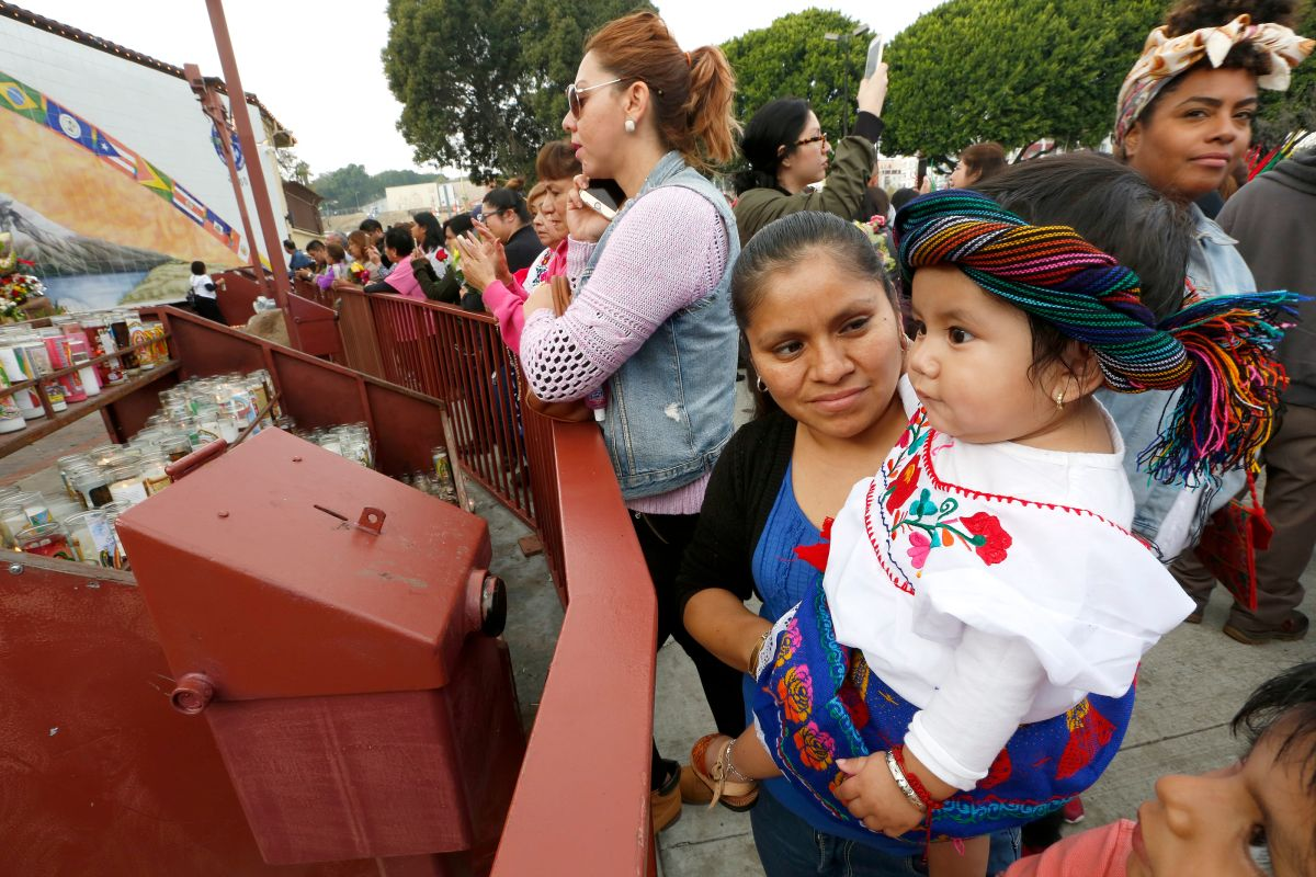 La pequeña Alondra García, de 11 meses, celebra el Día de la Virgen de Guadalupe en Los Ángeles.