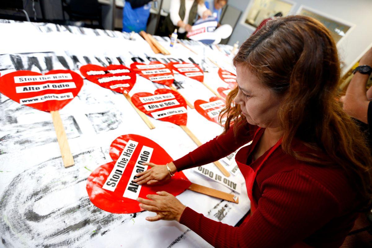 Maria Elena Hernández ayuda a decorar cientos de corazones que se utilizarán en la marcha proinmigrante del domingo en Los Ángeles. (Aurelia Ventura/La Opinion)
