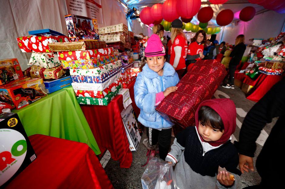 La Misión de Los Ángeles brinda almuerzo y regalos gratis a miles en Skid Row