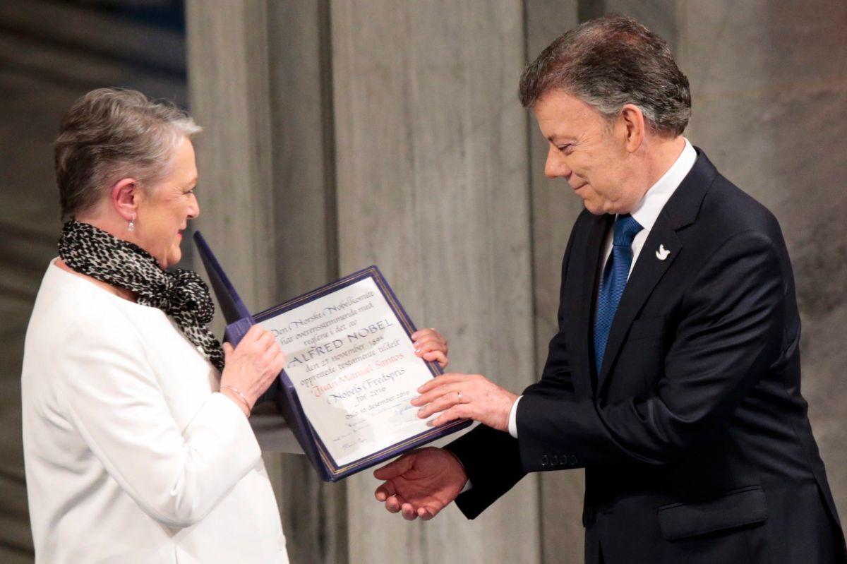 El premio Nobel de Paz Juan Manuel Santos recibe la medalla y el diploma por parte de la vicepresidenta del Instituto del Nobel, Berit Reiss-Andersen.
