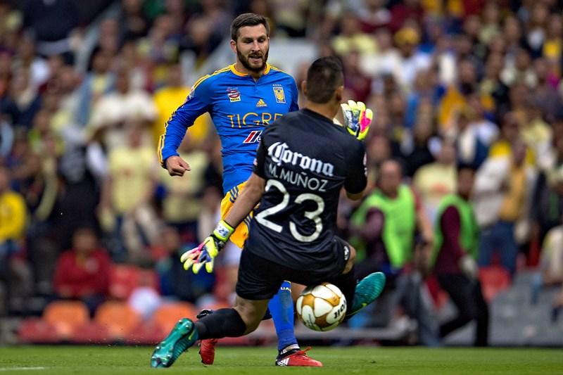 André-Pierre Gignac pasándole el balón entre las piernas a Muñoz.