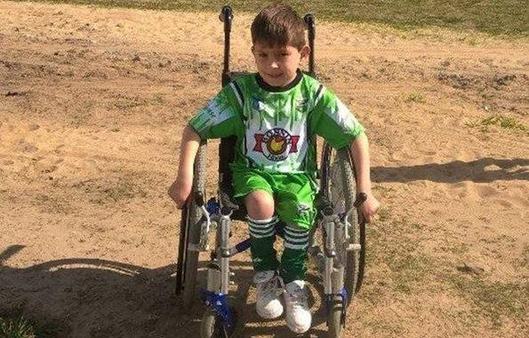 Nada detiene al pequeño Nico de jugar al fútbol.