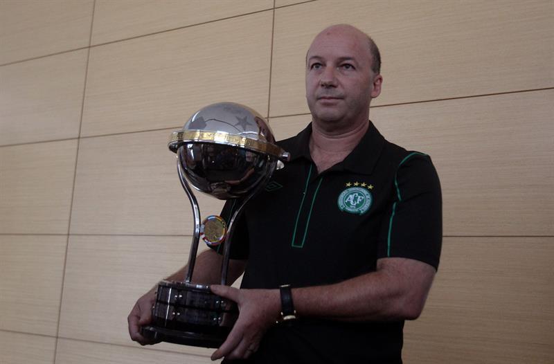El Chapecoense recibió una réplica de la Copa Sudamericana de 2015.