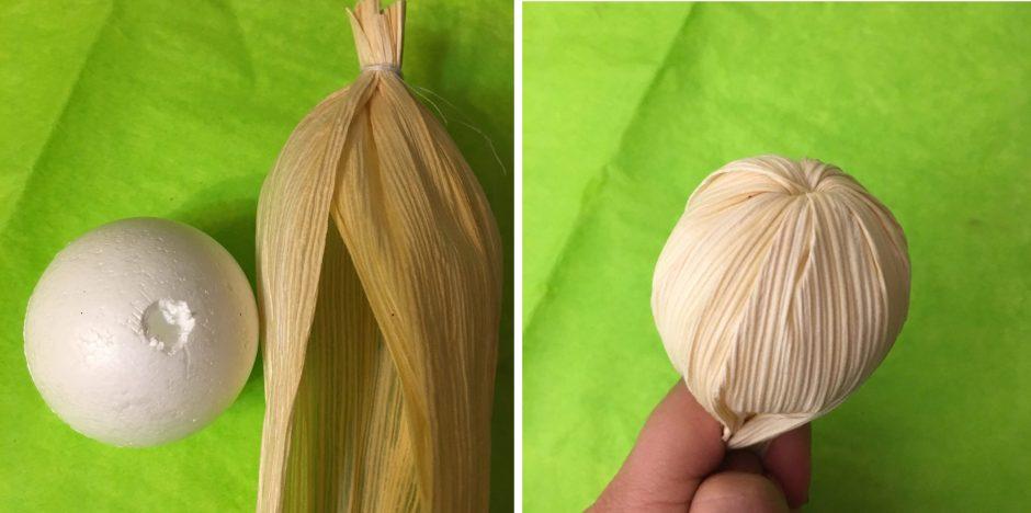 Después de pegar la unión de las dos mitades de hojas dentro del hoyo que se le hace a la pelotita de unicel, las hojas se doblan para cubirla por completo y hacer el rostro.