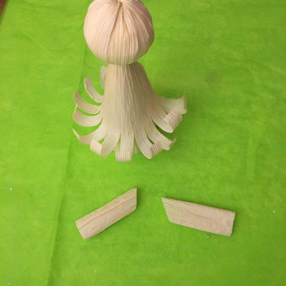 Los brazos del angelito se crean con un pedazo de hoja de maíz rectangular.