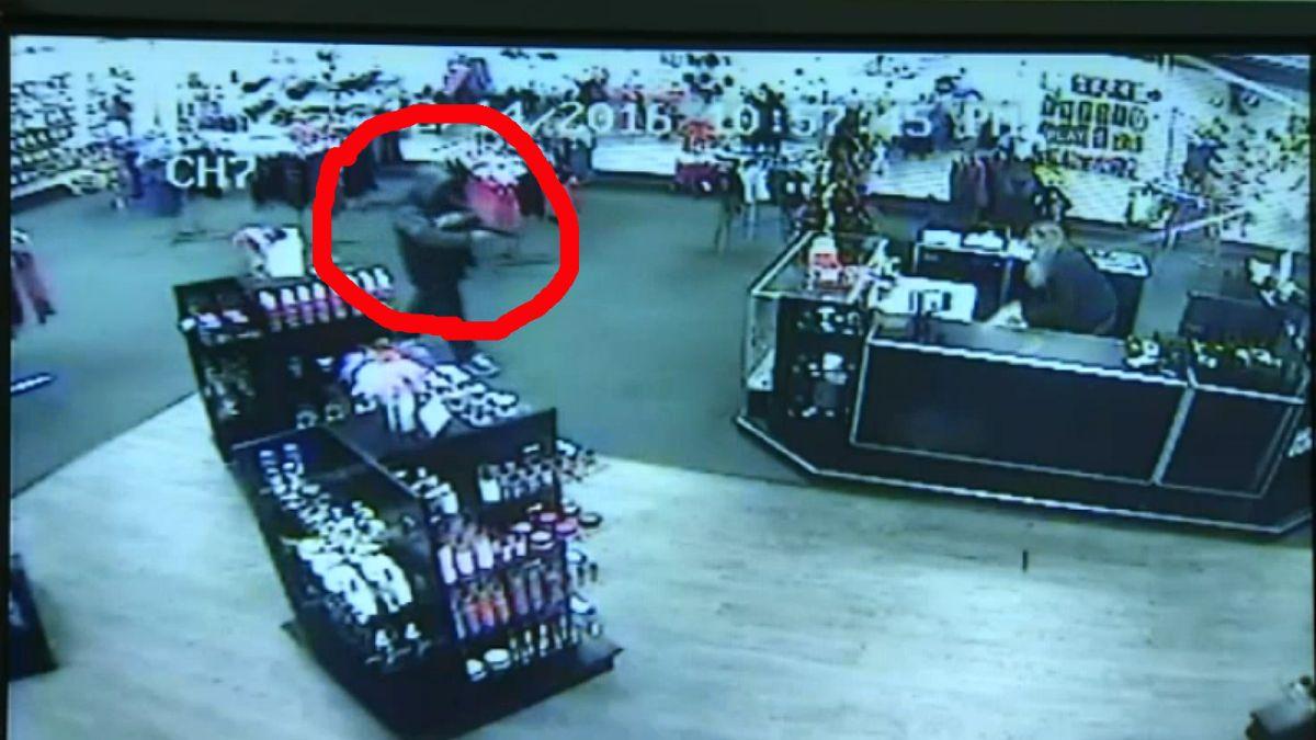 Video: Empleados evitan robo a mano armada… con juguetes sexuales