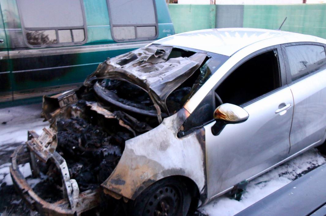 Los vehículos estaban en el estacionamiento de un complejo residencial en Woodley Avenue.