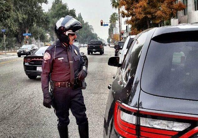 LAPD detiene a motoristas en Van Nuys, pero no por lo que crees