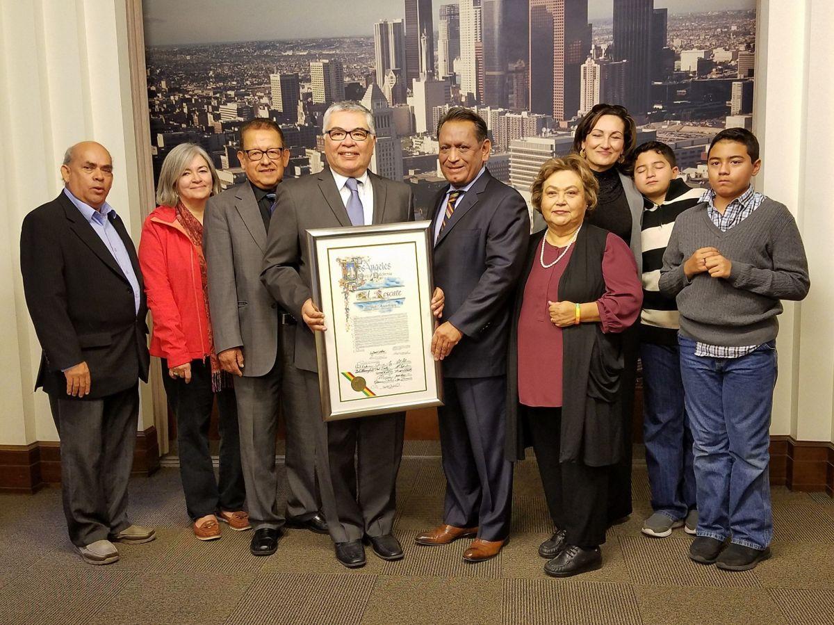 El fundador de la organización El Rescate, Salvador Sanabria (4to izq.) recibe el pergamino de reconocimiento del Concejo Municipal de Los Ángeles.