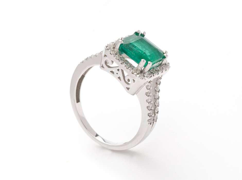 Los anillos de compromiso con esmeraldas o rubíes como piedras centrales están también de moda.