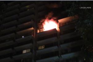 Incendio en apartamentos de Riverside dejan a decenas sin hogar