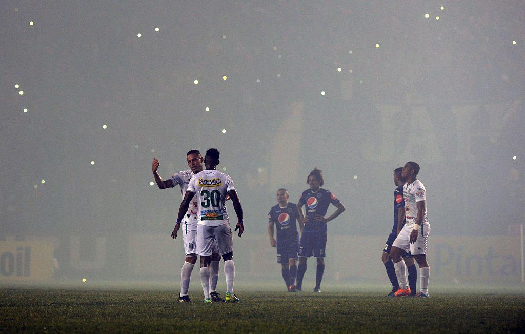El juego de ida entre Motagua y Platense fue interrumpido por humo de pólvora.