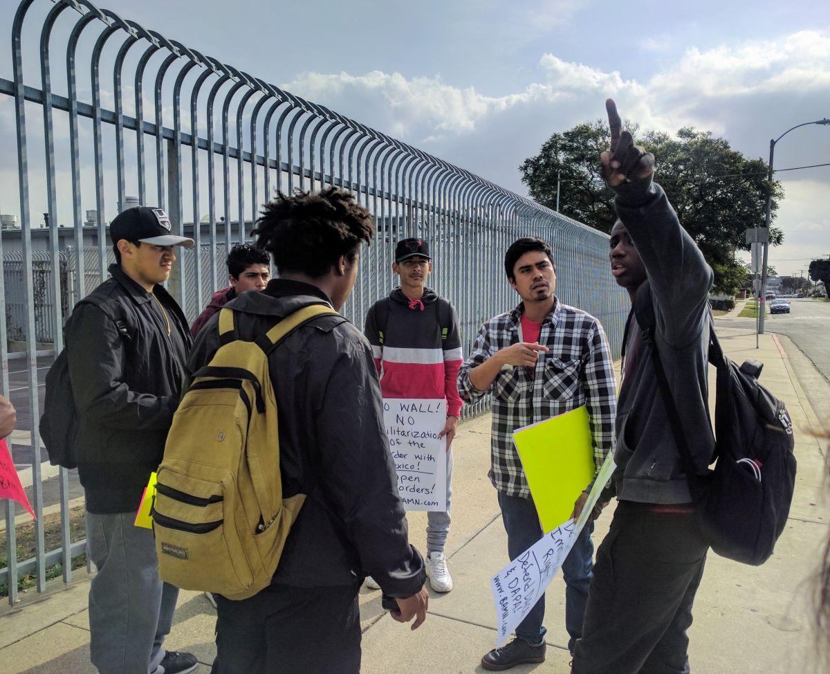 Un pequeño grupo de estudiantes se reunió afuera de su escuela para protestar en contra de Trump.