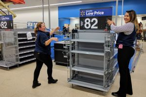 Walmart de Compton lista para ofrecer un buen trato a sus clientes y un buen salario a sus empleados