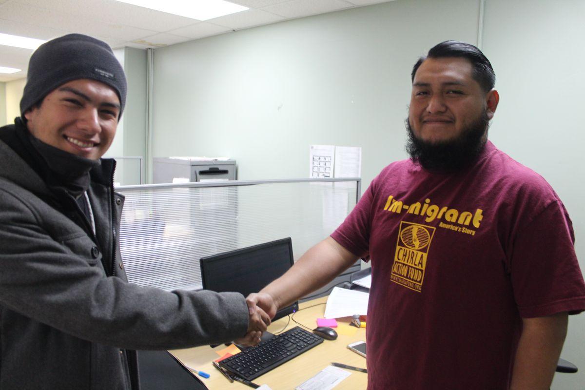 Aarón Enríquez Rodríguez (izq.), DREAMer, agradece la ayuda de Edén Velasco, de CHIRLA.