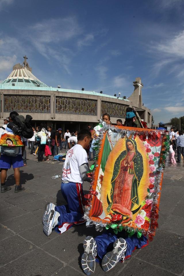 Campaña busca quitar estatua de Virgen de Guadalupe coronada por serpientes