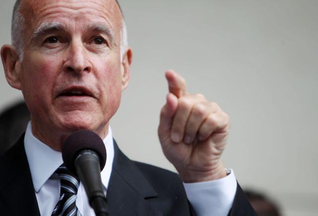 "Gobernador Brown apoya demandar a Trump por políticas contra ""ciudades santuario"""