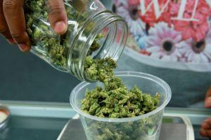 La marihuana legal desata una guerra fiscal en California