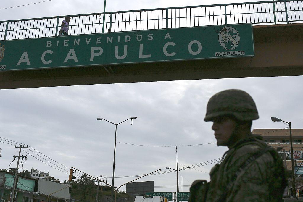 Un soldado mexicano guarda una vía en Acapulco, una de las ciudades más violentas de México. PEDRO PARDO/AFP/Getty Images)