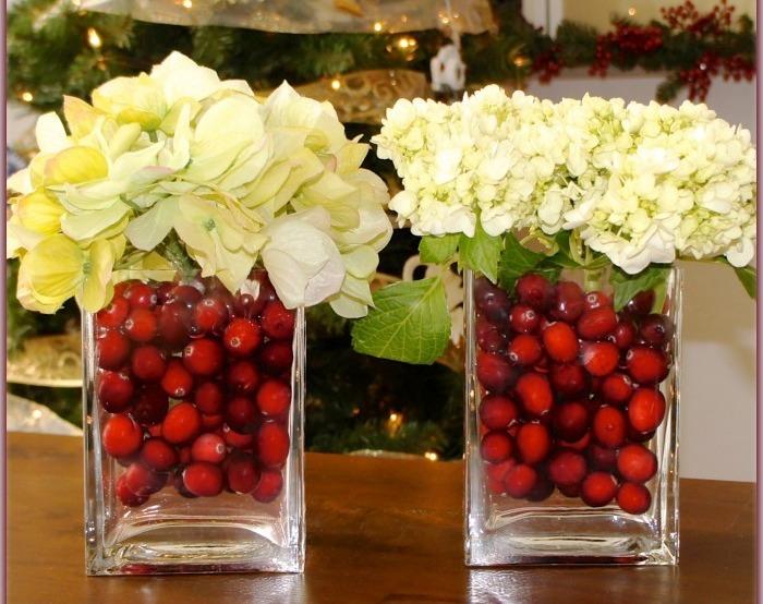 Los jarrones decorados con arándanos en agua son centros de mesas coloridos y elegantes.