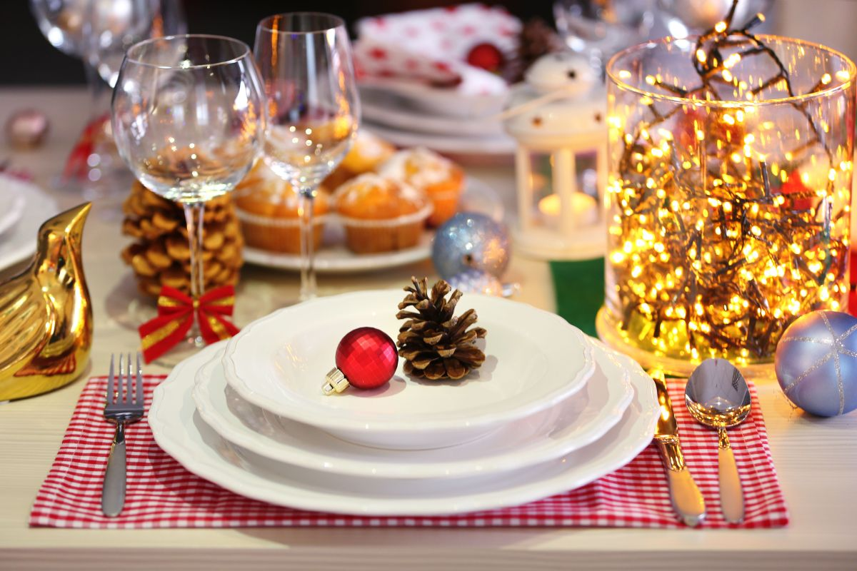 las piñas de pino, en su color natural o pintadas de dorado, son perfectas para embellecer la mesa de Navidad.