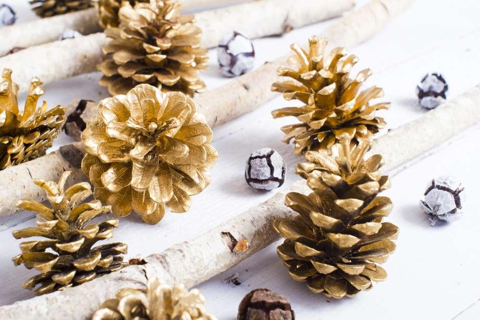 Con las piñas de pino pintadas de dorado puedes crear los adornos para los platos o el centro de mesa.