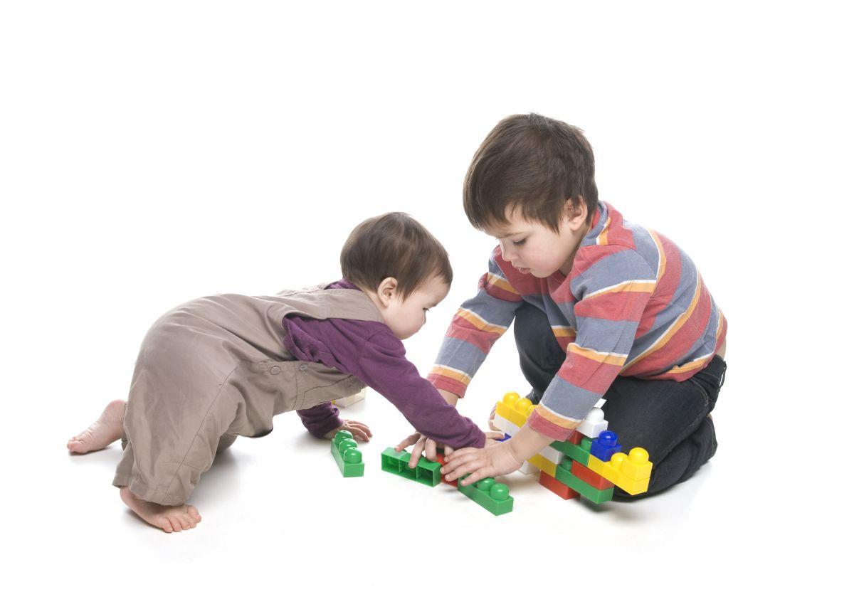 Enseñarle a los hijos desde muy niños a no ser agresivos y a compartir son algunos de los modales básicos para su buena educación integral.