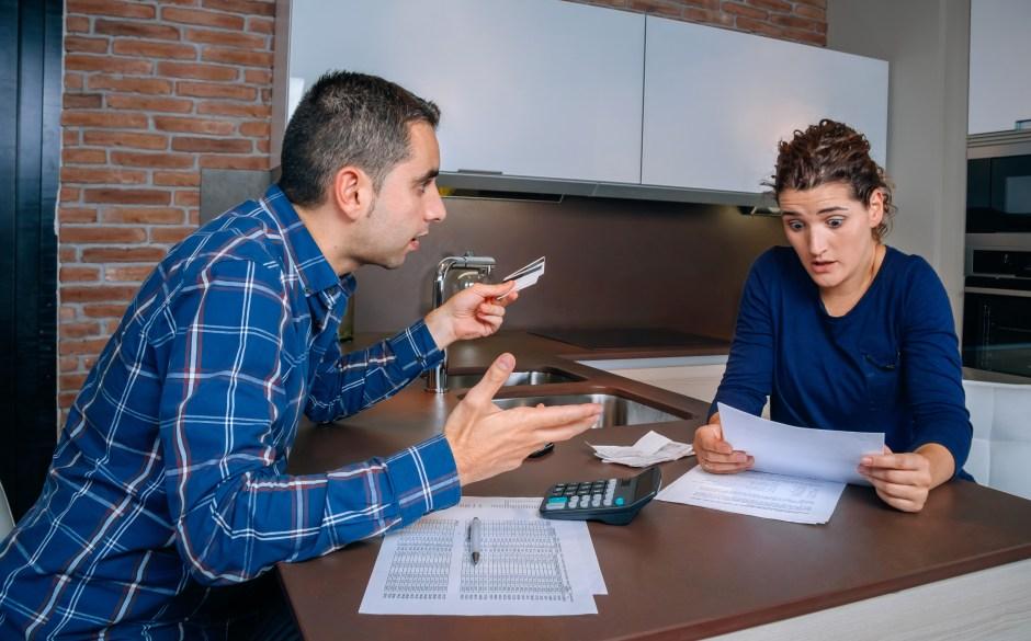 Las discusiones por el alto gasto de dinero en la compra de regalos es común en las parejas durante la temporada decembrina.