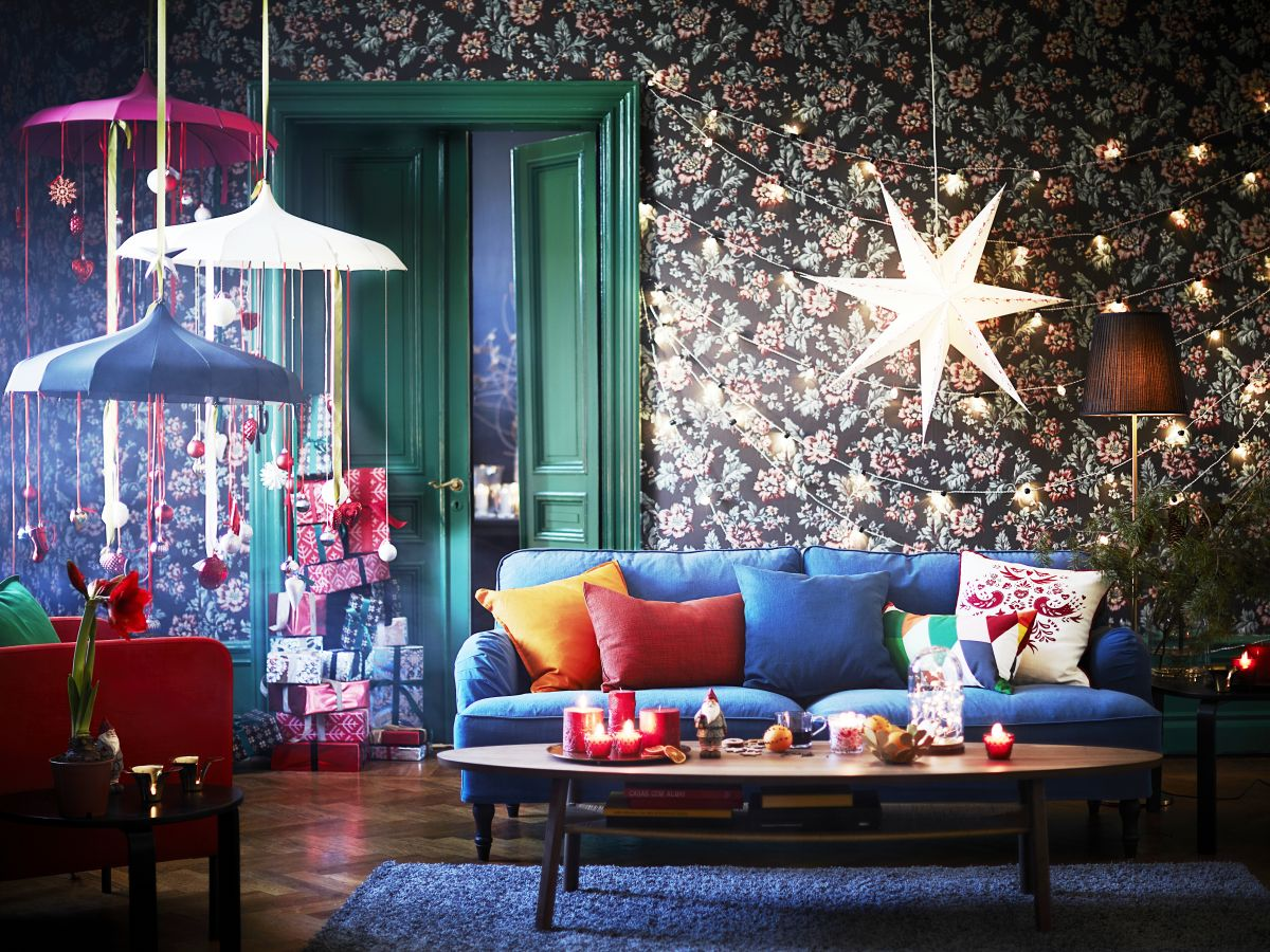 Las estrellas y campanas móviles son una buena alternativa para remplazar al arbolito de Navidad. .