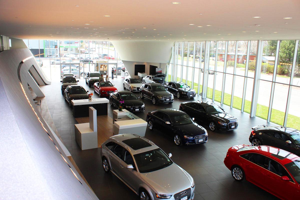 Los concesionarios cuentan con gente capacitada para que te guíen durante la compra de un auto nuevo