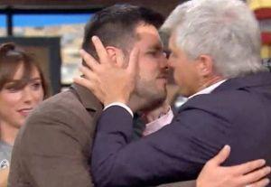 Video: Lisardo se despidió del programa 'Hoy' besando en la boca a Paul Stanley