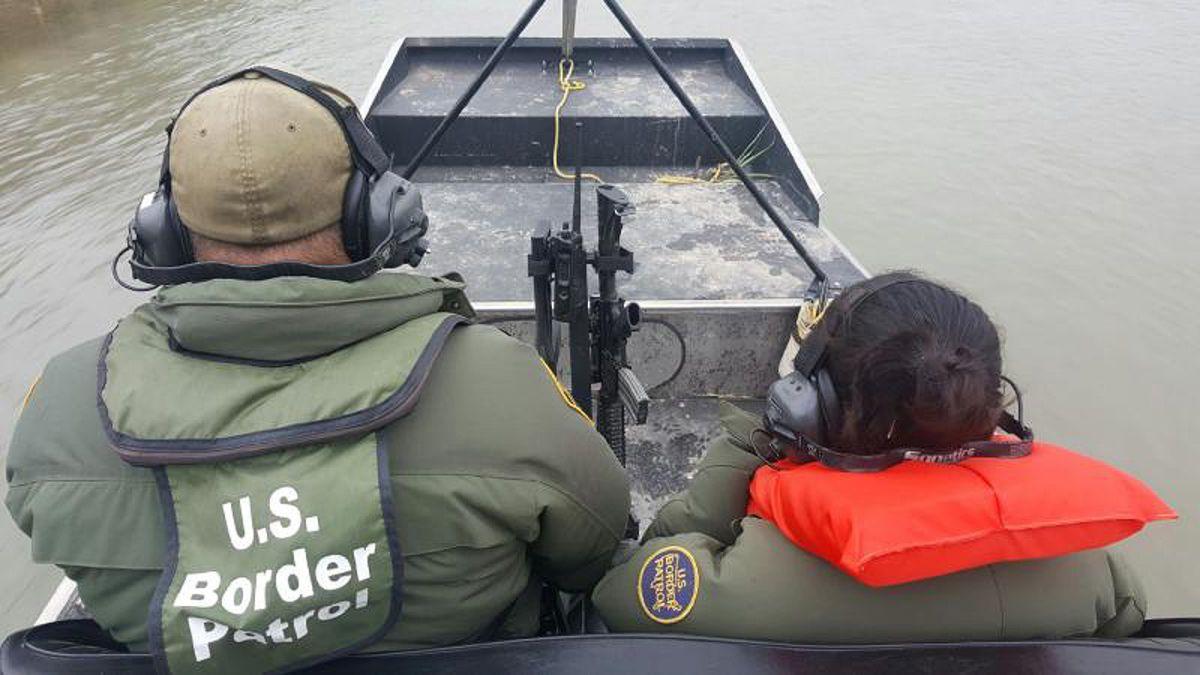 Rescatan a una niña hondureña varada en una isla del Río Grande