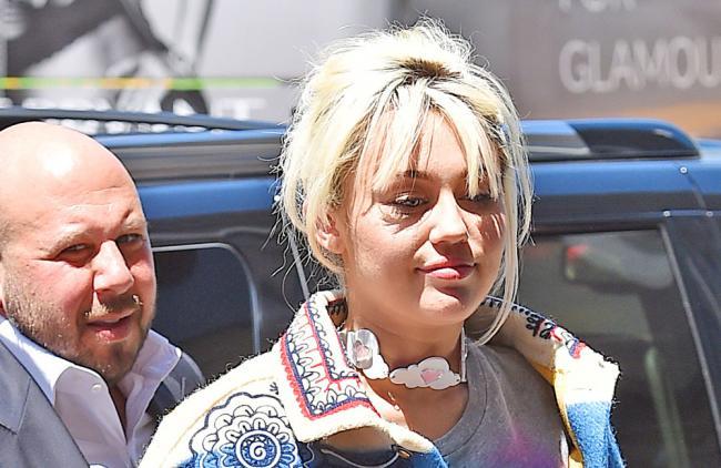 Miley Cyrus vuelve a fumar marihuana por culpa de su madre
