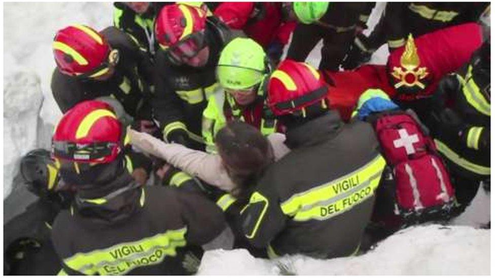 Italia: Rescatan al menos 10 personas vivas en hotel de Italia tras avalancha causada por sismo