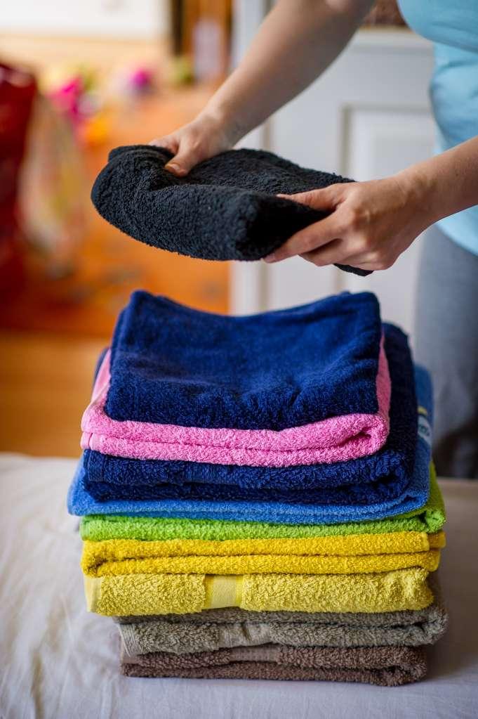 Las toallas limpias toman olor a humedad cuando se guardan o almacenan en el baño.