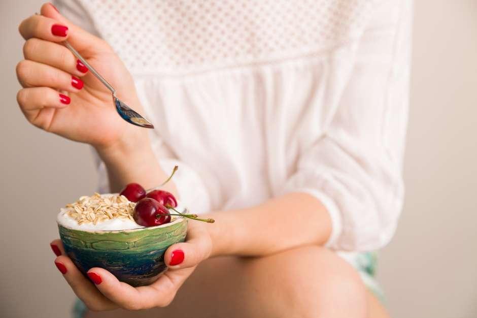 Una taza de yogur alto en proteínas, acompañado con frutas y granola baja en azúcar es un ejemplo de un buen desayuno, al igual que un huevo tibio o duro, acompañado con un poco de queso (bajo en grasa) y una tostada de pan integral.
