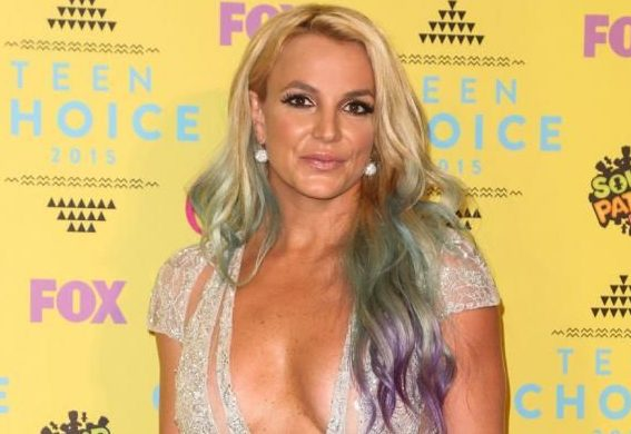 Britney Spears con tremendas fachas y sin sostén,en la calle