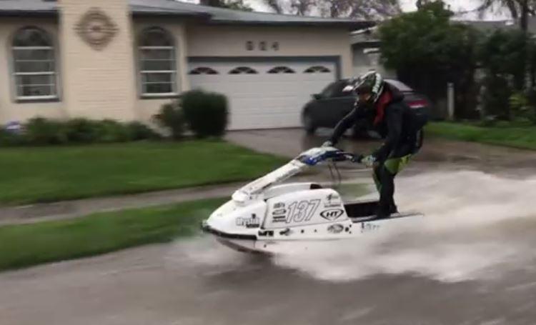 Un profesional de la moto de agua decidió sacar el máximo partido a la situación.