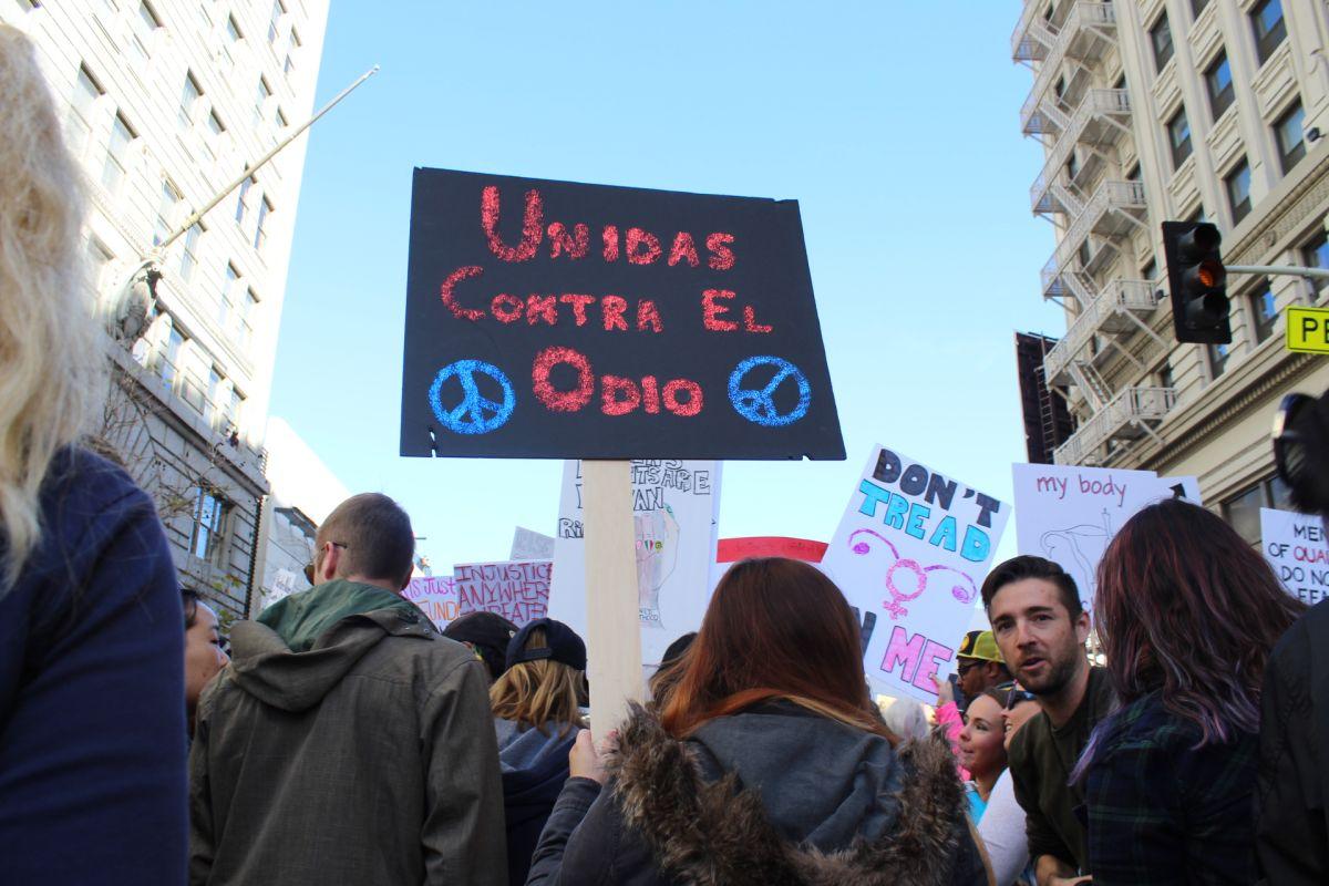 Ana Flores, de 24 años, marcha de la mano de su compañera para pedir se respeten los derechos de inmigrantes y de la mujer.