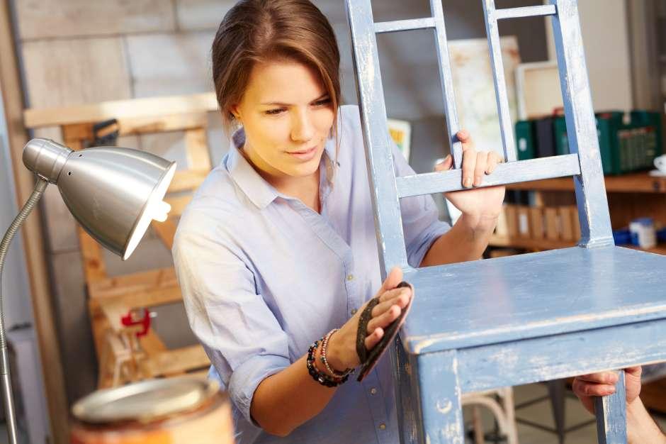 Antes de empezar a restaurar cualquier mueble de segunda que vas a incluir en tu nueva decoración, consulta con un ferretero sobre el tipo de pintura que debes usar de acuerdo con la calidad de la madera.