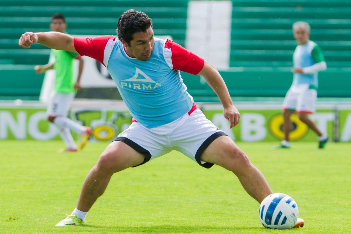 Salvador Cabañas entrena a niños paraguayos